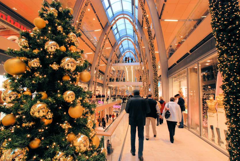 Suche Weihnachtsdeko.4033 4961 Weihnachtsbaum Mit Weihnachtsschmuck Goldene Kugeln Als