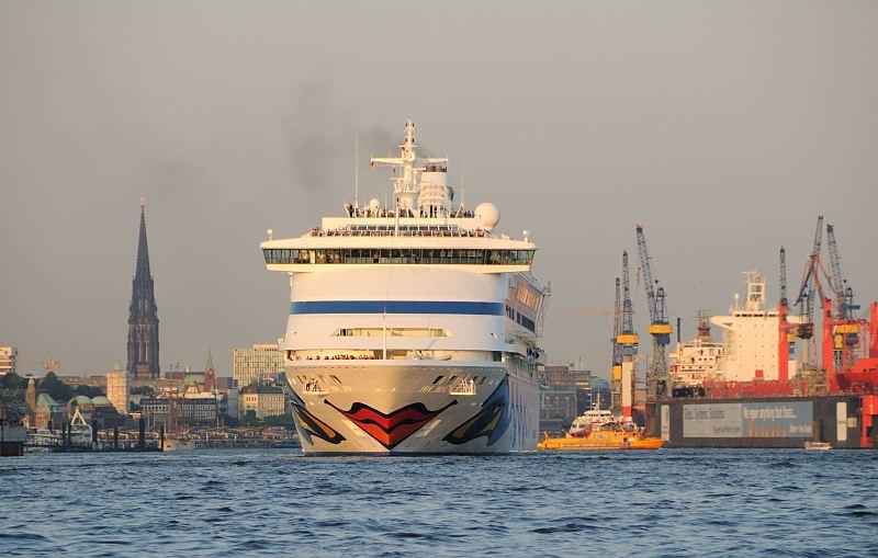 4886 kreuzfahrtschiff aida aura hamburg panorama mit kircht rmen bilder von schiffen im hafen. Black Bedroom Furniture Sets. Home Design Ideas