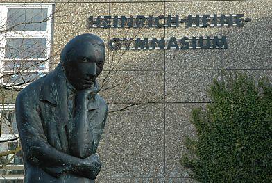 http://www.bildarchiv-hamburg.de/hamburg/denkmal/heinedenkmal/02_heinrich_heine/02_08025_heine_skulptur_gymnasium.jpg